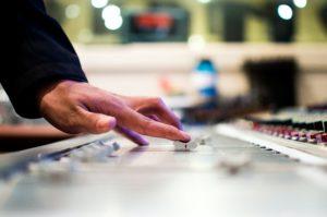 Dirbtinio intelekto poveikis muzikos industrijai: ateityje dainas kurs kompiuteriai?
